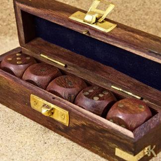 Würfelbox mit Würfeln